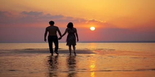 couple-amoureux-coucher-soleil