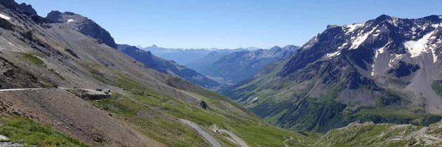 Idée découverte à la belle saison : La route des cols alpins en moto ou en vélo.