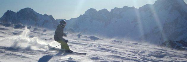La France, première destination mondiale pour les sports d'hiver, les massifs alpins en tête.
